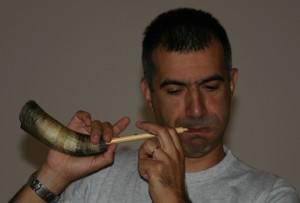 Marco Bena, degli Onnigaza, mentre suona il corru